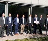 Zu sehen sind die Firmenvertreter der Stadtwerke bei der Unterzeichnung des Vertrages zur Gründung der Ökostrom Franken GmbH & Co. KG.