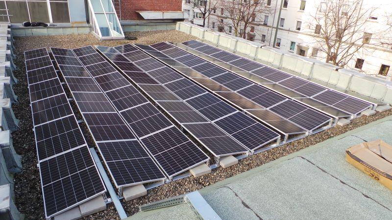 Eine Solaranlage auf einem Gewerbe-Flachdach.