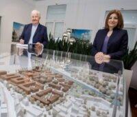 Zwei Personen an einem Stadtmodell