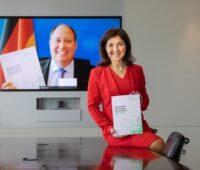 Zu sehen ist die NWR-Vorsitzende Katherina Reiche, die den Aktionsplan Wasserstoff Deutschland virtuell an den Chef des Bundeskanzleramtes Helge Braun übergeben hat.