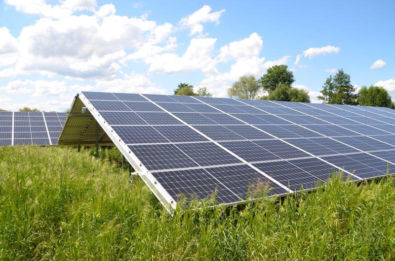 Eine Photovoltaikanlage auf der grünen Wiese
