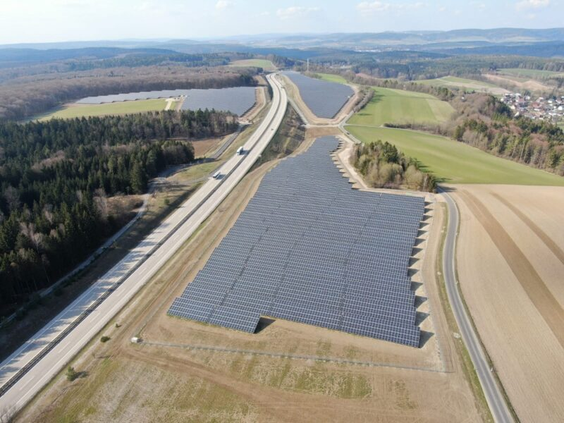 Zu sehen ist ein Luftbild vom Photovoltaik-Solarpark Rottenbach.