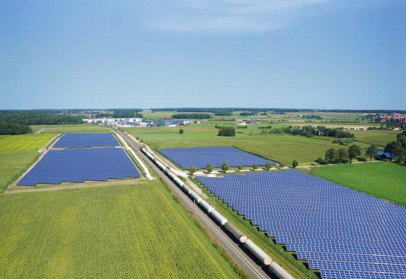 Zu sehen ist eine Luftaufnahme eines Photovoltaik-Solarparks von Naturstrom vergleichbar den beiden Photovoltaik-Solarparks im Landkreis Bamberg.