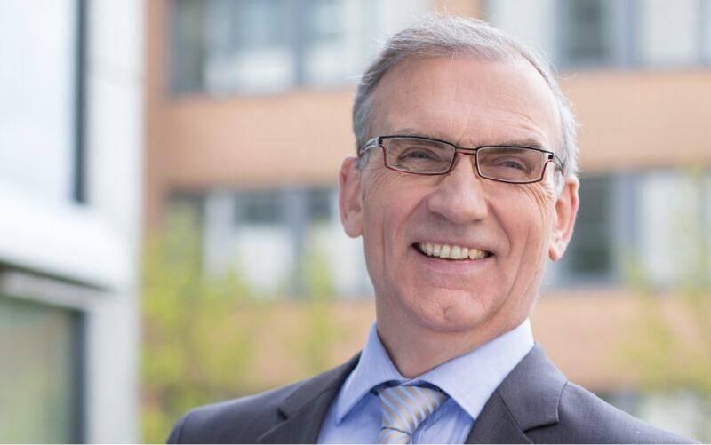 Zu sehen ist Thomas E. Banning, Vorstandsvorsitzender der Naturstrom AG. Sein Unternehmen hat Klage gegen den RWE-E.ON-Deal eingereicht.