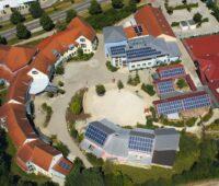 Zu sehen ist die Photovoltaik-Anlage auf dem Dach einer Waldorfschule. Mit dem Rettungsschirm sichert Naturstrom Vorlaufkosten seiner Bürgerenergie-Partner ab.
