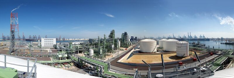Zu sehen ist die Rotterdamer Raffinerie , in der grüner Wasserstoff zum Einsatz kommen soll.