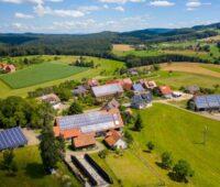 Eine Gemeinde mit Solardächern aus der Luft
