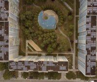 Vogelperspektive auf Großwohnsiedlung mit Dach-Photovoltaik