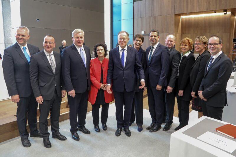 Zu sehen ist die niedersächsische Landesregierung mit Energieminister Olaf Lies, der die Bundesratsinitiative zur Stärkung von Stromspeichern eingebracht hat.