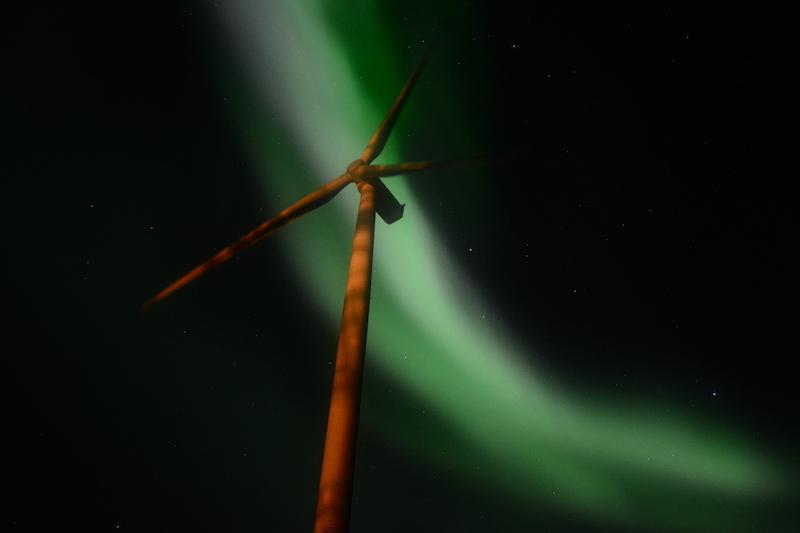 Windrad vor Nordlicht