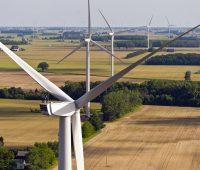 Luftaufnahme zeigt mehrere Nordex 2,4 MW Windenergieanlagen von Nordex zwischen Feldern und Bäumen