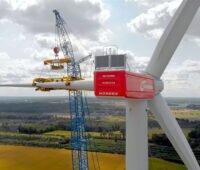 Flügelmontage an einer Windkraftanlage Nordex N149