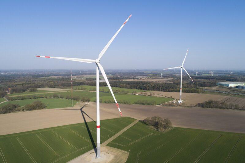 Zu sehen ist ein Windpark. Vergünstigte Stromtarife für Kommunen und Bürger vor Ort sollen die Akzeptanz erhöhen.
