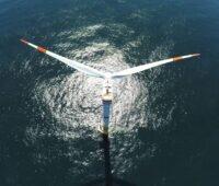 Luftbild einer Offshore-Windkraftanlage