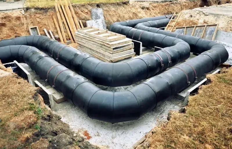 Zu sehen sind die noch freiliegenden Leitungen eines Wärmenetzes, wie sie auch im Nahwärmenetz im Neubaugebiet Neckarpark in Nürtingen aussehen könnten.