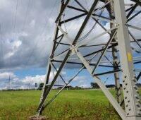 Zu sehen ist ein Strommast. Das Projekt der OTH Regenburg will die Netzplanung für die Stromnetze der Zukunft an der Sektorenkopplung ausrichten.