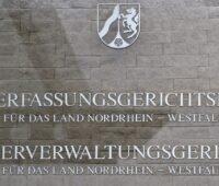 Zu sehen ist das Schild des Oberverwaltungsgerichts Münster. Das Gericht hat den Stopp des Smart-Meter-Rollouts verfügt.