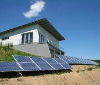 Freistehendes Haus mit PV auf dem Boden.