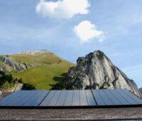 """Zu sehen ist ein PV-Dach, Österreich plant ein """"Eine-Million-Dächer-Programm""""."""