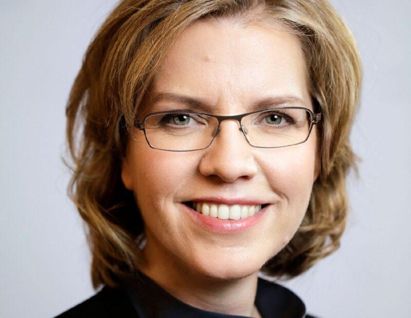 Zu sehen ist die österreichische Bundesministerin für Klimaschutz Leonore Gewessler, die den Entwurf des Erneuerbaren Ausbau Gesetzes vorgelegt hat.