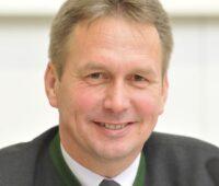 Zu sehen ist Franz Titschenbacher, Präsident des Österreichischen Biomasse-Verbandes, der das Erneuerbaren-Ausbau-Gesetz im Großen und Ganzen positiv sieht.