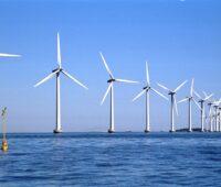 Das Bild zeigt einen Windpark in der Ostsee vor der dänischen Küste. Mit der Offshore-Vereinbarung wollen Bund und Küstenländer die Windenergie auf See stärker ausbauen.