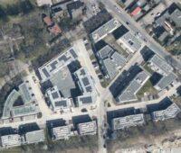 Luftbild eines Wohnquartiers mit PV-Dächern.