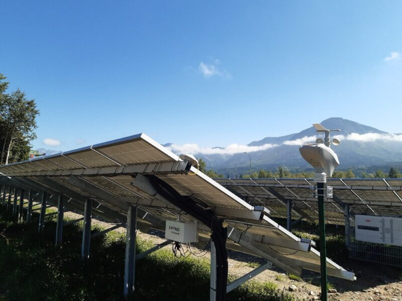 Zu sehen ist das Sensorik-Upgrade-Kit, das Daten für die Früherkennung von Fehlern bei Photovoltaik-Anlagen liefern soll.