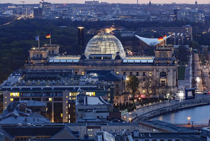 Berlin Reichstag Gebäude bei Dämmerung Luftaufnahme