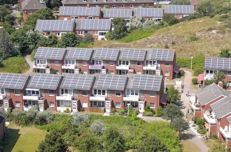 Zu sehen ist eine Gegend, in der der positive soziale Kipppunkt in Bezug auf die Photovoltaik erreicht ist.