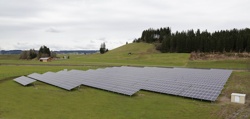 Eine Photovoltaik-Freiflächenanlage auf der grünen Wiese im bayrischen Biessenhofen mit einer Leistung von 750 Kilowatt peak (kWp).