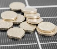 Zu sehen ist eine symbolische Darstellung der Preise für Photovoltaik-Module im März 2021.
