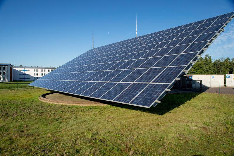 Bewegliche Photovoltaikanlage vor einer Bundeswehr-Kaserne