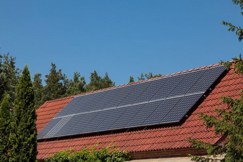 Zu sehen ist eine Photovoltiak-Dachanlage. Auf dem dach sollte der Check der Photovoltaik-Anlage beginnen.