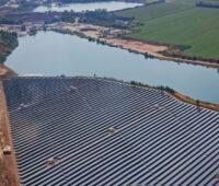 Eien Luftaufnahme einer Photovoltaikanlagen auf einem See.