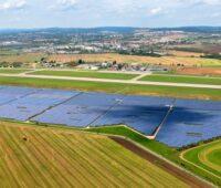 Blick über einen großen Photovoltaikpark in einer landwirtschaftlich geprägten Region in Tschechien.