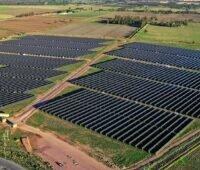 Zu sehen ist einer der beiden neuen Photovoltaik-Solarparks in Australien in einer Luftaufnahme.