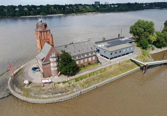 Zu sehen ist die Photovoltaik-Anlage für die Nautische Zentrale im Hamburger Hafen.