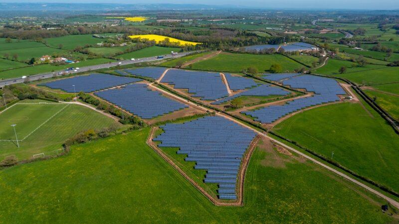Zu sehen ist ein Photovoltaik-Solarpark in Großbritannien. Jetzt hat Q Cells in der Photovoltaik-Auktion in Portugal315 MW Zuschlag erhalten.