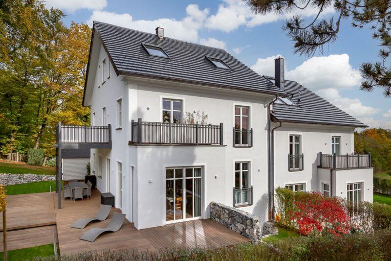 Zu sehen ist ein unspektakuläres Haus, eingedeckt mit dem Photovoltaik-Dachziegel von Autarq.