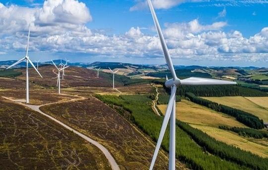 Zu sehen ist ein Windpark, den RES France entwickelt hat. Mit der Übernahme des Unternehmens will der Photovoltaik-Spezialist Q Cells in die Windenergie hinein expandieren.