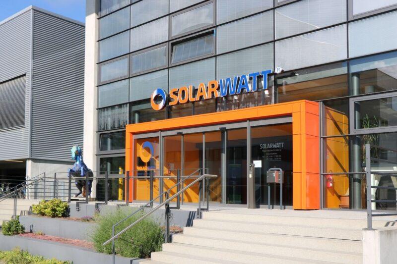 Zu sehen ist der Eingang des Firmensitzes vom Photovoltaik-Hersteller Solarwatt.