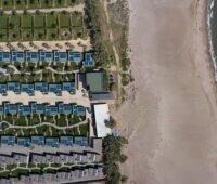 Zu sehen ist eine Ferienanlage in Spanien, die mit Photovoltaik-Anlagen und PV Speichern von der Sonnen GmbH ausgestattet sind.