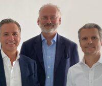 Zu sehen sind Dominik Hartl, Christoph Trentini und Alexander Hartl, die Geschäftsführung von xelectrix Power.