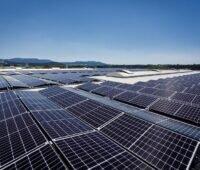 Zu sehen ist eine Auf-Dach-Photovoltaik-Anlage in Ost-West-Ausrichtung. Q Cells und Tesvolt kooperieren bei PV-Speichern im Gewerbe.