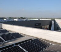 Zu sehen ist die Photovoltaik für das Autohaus Dresen.