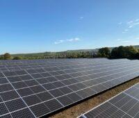 Zu sehen ist ein Photovoltaik-Solarpark in Baden-Württemberg. Die 1.000 Megawatt-Solarkampagne zielt eher auf Gebäude ab.