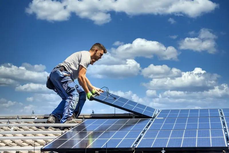 Zu sehen ist die Installation einer PV-Anlage, die beim Photovoltaik Contracting vom Contractor übernommen wird.