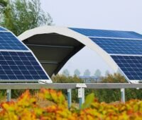 Zu sehen ist der neue Photovoltaik-Solarbogen von Goldbeck Solar, der in der Agri-PV Anwendung finden soll.