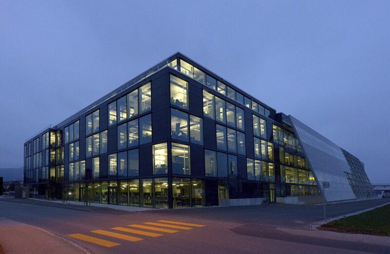 Zu sehen ist die Firmenzentrale von meyer Burger im Schweizer Thun.